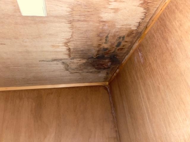 クローゼットの天井のシミ